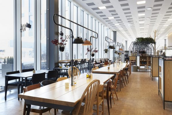 Foto av langbord på restaurant